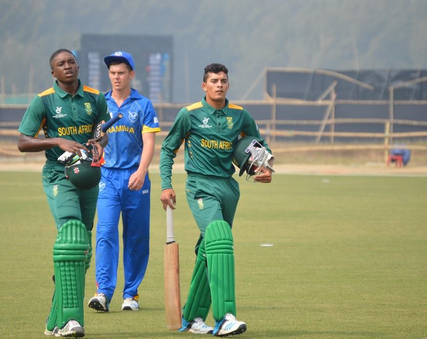 South Africa battle to 136-9