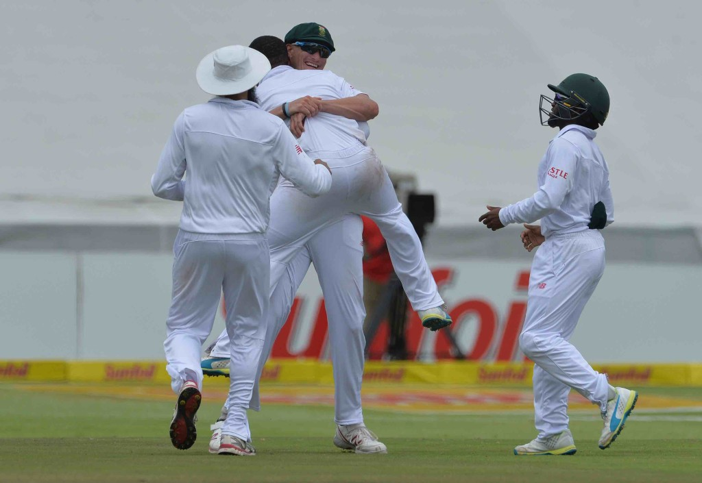 Proteas continue fight, England hold on