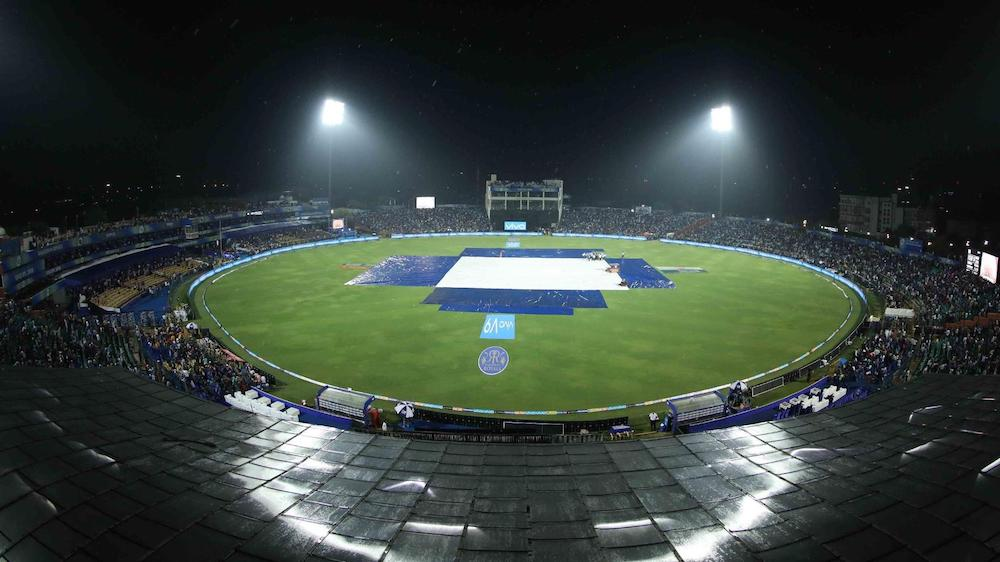 Rain aids Royals' home win
