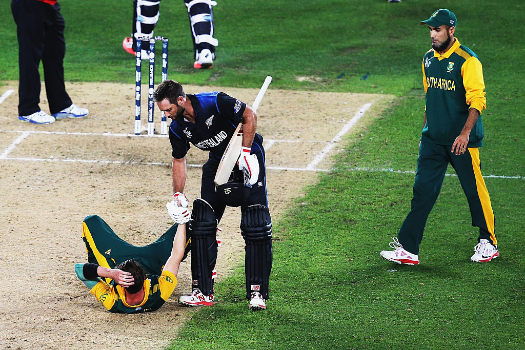 Grant Elliott helps Dale Steyn off the turf